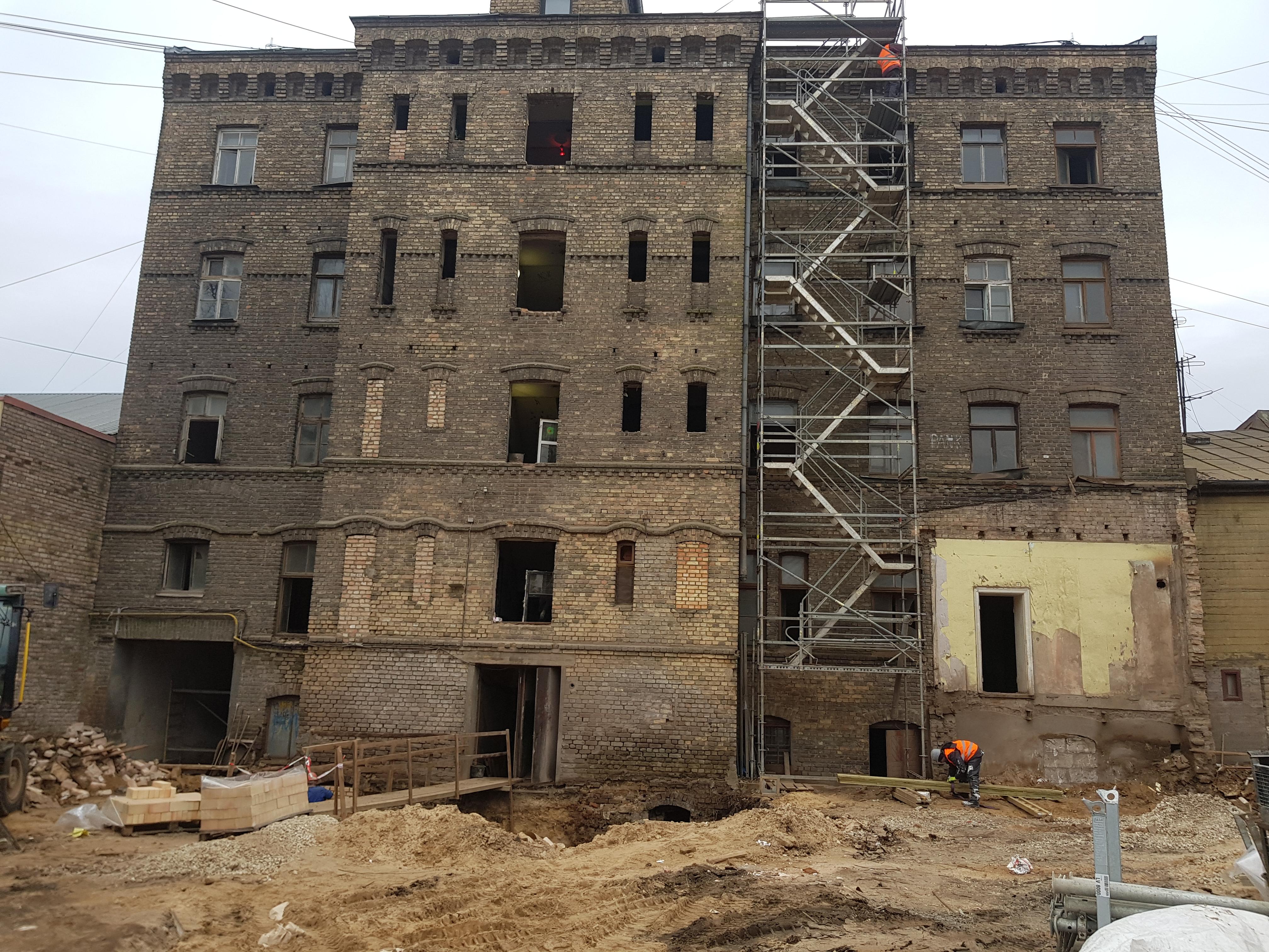 Diaugiaaukštis pastatas, Latvija